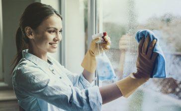 تنظيف زجاج النوافذ