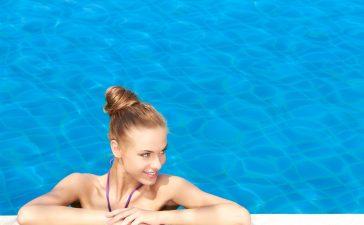 دليلك للعناية بالبشرة والشعر بعد السباحة