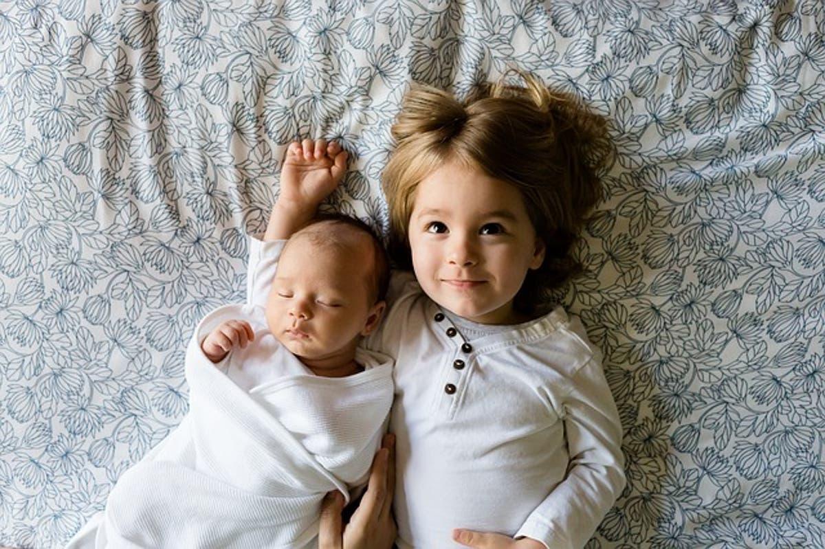 8 نصائح لتحضير الطفل لاستقبال أخ جديد