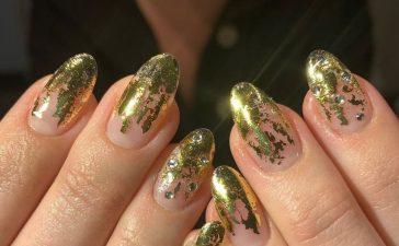 اكتشفي أجمل نقوش طلاء الأظافر بلمسة ذهبية للسهرات