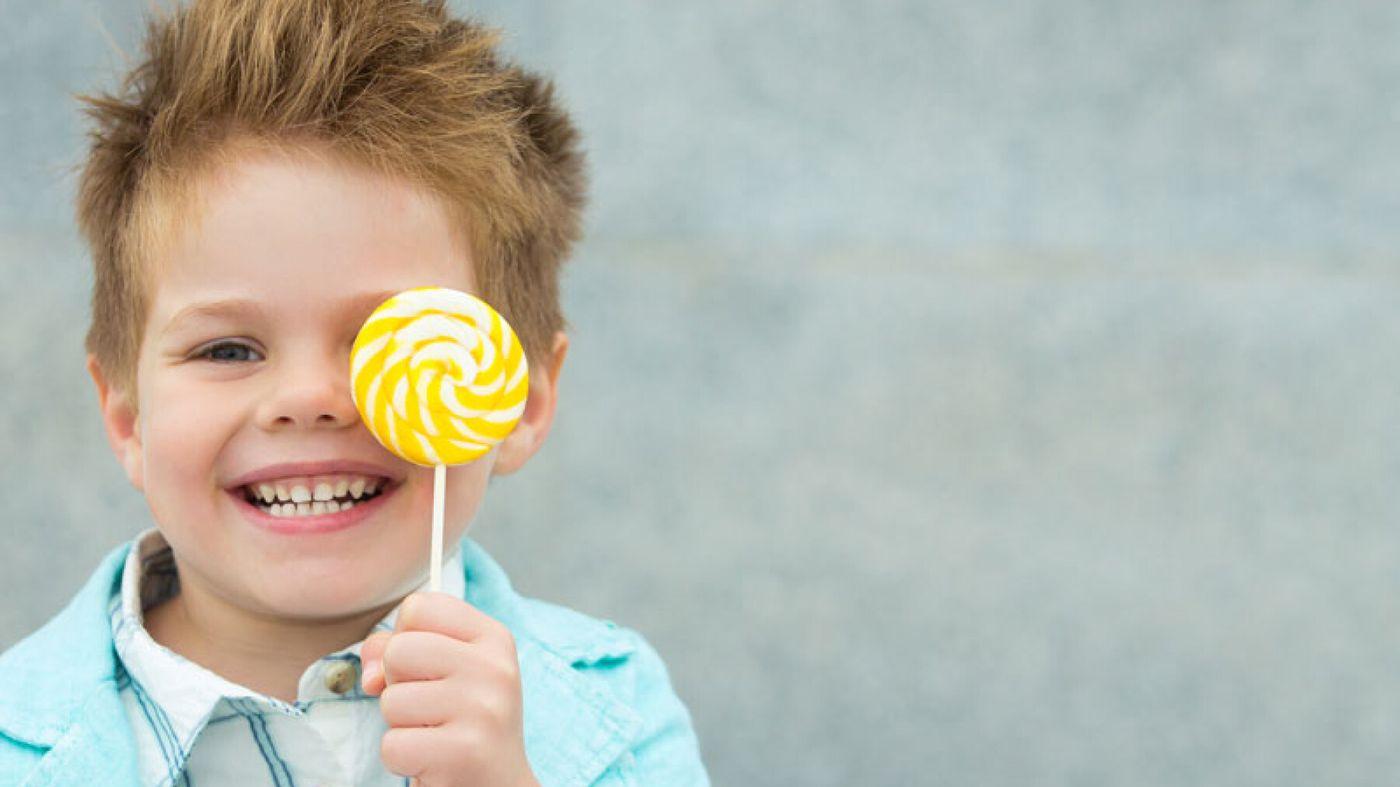 كيف تتعاملين مع رغبة الطفل المفرطة في تناول السكاكر؟