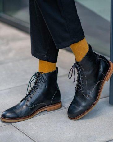 نصائح لتنظيف الأحذية الجلدية من البقع حسب نوعها