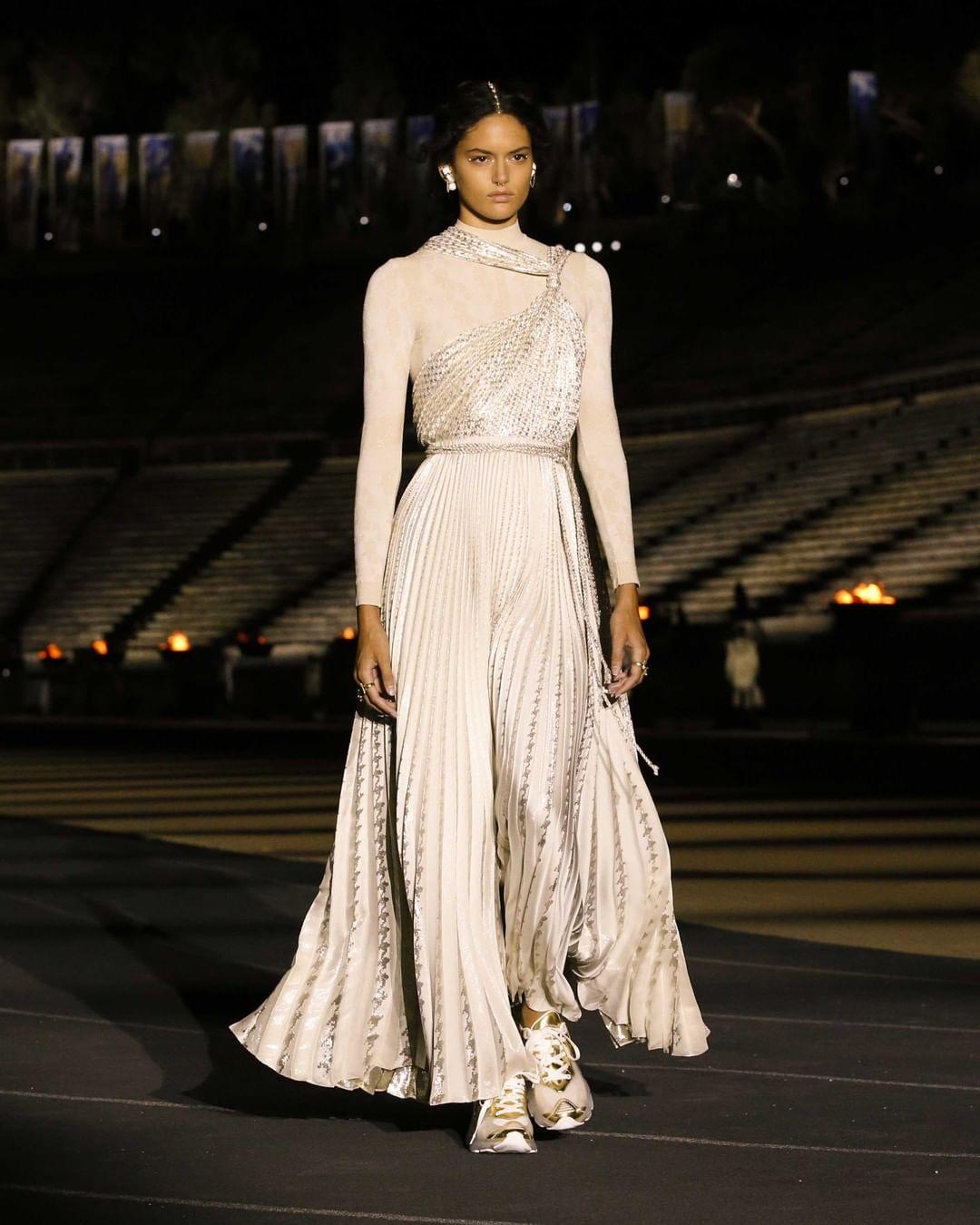 جمبسوت ببنطلون فضفاض من قماش الساتان باللون البيج، الفستان من علامة Dior.